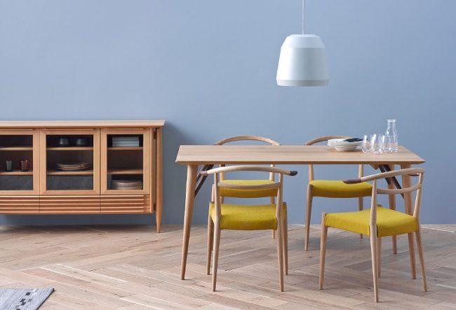 オーク材とウォールナット材のコンビネーションのテーブル